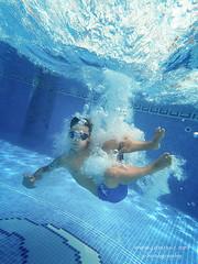 El bombazo del verano (javiruiz) Tags: familia verano piscina gopro chapuzon baño burbujas javiruiz javierruiz azul agua bucear bajoelagua aquatica david nadar niño juegos bañista