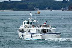 Bateau à l'entrée du Golfe du Morbihan (Port Navalo) (ijmd) Tags: france morbihan golfedumorbihan presquîlederhuys bateau boat portnavalo