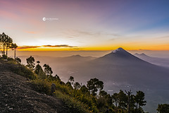 Por ese amor que me das... (Carlos A. Barrientos) Tags: dios diosmiartistafavorito guatemala volcano volcandeagua amazing amanecer sunrise sun sol colors colores paisaje landscapes nature naturelandscape earth earthlovers nikon tamrom beauty happy working adventure godisgood light sky clouds natgeolatam nationalgeographic picooftheday photooftheday igworldclub valley mountains