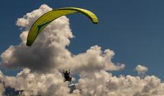 Volontés et solidarités... (J&S.) Tags: france hautesavoie passy parapente biplace joelette handicap nuage wheelchair paragliderjump