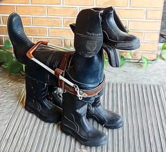 These boots 👢 are made for w̶a̶l̶k̶i̶n̶g̶ guiding (boeckli) Tags: guidedogs sydney newsouthwales australia rubberboots smileonsaturday sculpture figur hund dog shoeshow schuhshow schuhe walking textures texturen texture textur topazstudio2 topaz
