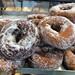Süßes Gebäck: Gezuckerte Donuts auf einem Blech in einer Bäckerei in Griechenland