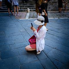 DSCF4583 (Jonath.G.) Tags: street sienna summer hat red photographer knees