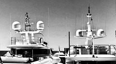 Bereit zum Auslaufen (ISO 69) Tags: yacht schwarzweiss blackandwhite bw portadriano mallorca majorca spain espana spanien baleares sea boat ship schiff motoryacht
