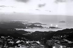 The bay. (蒼白的路易斯) Tags: 底片攝影 底片 黑白底片 yashicaelectro35gsn kodaktmax400 film bay 九份 landscape