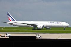 2019.05.11.009 ROISSY CdG - Boeing 777-327/ER (F-GZNF - cn.37433-792) Cie Air France (alainmichot93 (Bonjour à tous - Hello everyone)) Tags: 2019 france europe ue unioneuropéenne frankreich francia frankrijk frança γαλλία франция îledefrance valdoise roissycharlesdegaulle aéroport avion avião airplane aircraft flugzeug aeroplano αεροπλάνο самолет boeing boeing777327er airfrance fgznf