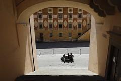 Motocicleta pasando (ralcains) Tags: italy calle canon mirrorless toscana eosr italia street tuscany streetphotography sanminiato fotografiadecalle ngc