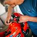 Mann baut Spielzeug Motorrad mit Schraubendreher zusammen
