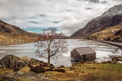 Llyn Ogwen Snowdonia (de_frakke) Tags: landscape wales snowdonia winter llynogwen boathouse tryfan uk