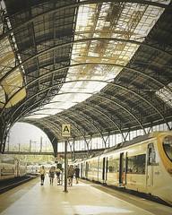 Pasajeros (Ana De Haro) Tags: pasajeros estacióndetren estacióndefrancia juegolvm barcelona cataluña catalunya transporte transportepúblico