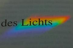 die Farben des Lichts (Elisabeth patchwork) Tags: regenbogenfarben text prisma macromondays printedword macro rainbow colours 20190812 sigma sigmasdquattro sigma105mm