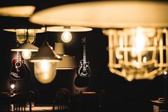 Grab me and use me - Hotel Ruby Leni, Düsseldorf (Sebastian Bayer) Tags: musik instrument lampe möbel lespaul ruby retro vintage licht beleuchtung egitarre gitarre aufenthaltsraum elektrogitarre düsseldorf raum tiefenwirkung bokeh nostalgisch akustikgitarre rubyleni stuhl hängend tiefe hotel tisch wand