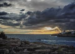 Faro de la Ciudadela  - Lighthouse of the Ciudadela. (frank olayag) Tags: frankolaya pentax menorca baleares españa mediterráneo mar faro bote tormenta nubes ocaso atardecer ciudadela