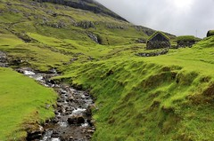 Saksun (edlion259) Tags: saksun foroyar føroyar isolefaroe faroeislands allaperto travel traveling viaggio landscape islands streymoy green verde river fiume cascata house casa mountains montagne montagna water waterfall cloud cloudy clouds nuvole