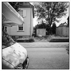 Marl, Blumenstraße (Christoph Schrief) Tags: marl blumenstrasse garage fujigf670w mittelformat mediumformat 120 6x6 kodaktrix400400 rodinal 150 20° 13min selfdeveloped film analog sw bw
