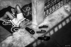 Soleil, plage et ... smartphone... / Sun, beach and..smartphone... (vedebe) Tags: plage société homme humain human littoral mer merméditerranée chaussures ville city rue street urbain urban noiretblanc netb nb bw monochrome ombres lumière
