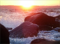 Sonne & Meer (Christoph Bieberstein) Tags: deutschland germany mecklenburgvorpommern europa europe 2019 juli july ostsee baltic sea meer zickersche berge mönchgut rügen sommer brandung gischt nonnenloch sundown sonnenuntergang findlinge