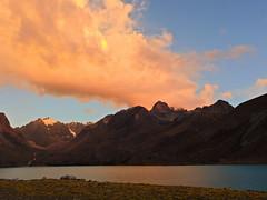 Atardecer en laguna Singrenacocha (Mono Andes) Tags: andes perú cordilleravilcanota atardecer sunset lagunasingrenacocha cusco trekking backpacking