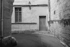 Rue Girard (just.Luc) Tags: rue straat street strasse montpellier hérault occitanie okzitanien france frankrijk frankreich francia frança bn nb zw monochroom monotone monochrome bw europa europe architectuur architecture architektur arquitectura window fenêtre raam venster fenster door deur porte porta tür