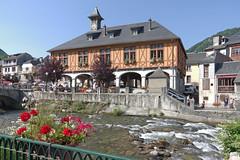 Arreau (Hautes-Pyrénées) : la mairie-halle et la Neste du Louron (bernarddelefosse) Tags: arreau hautespyrénées midipyrénées mairie nestedulouron rivière occitanie