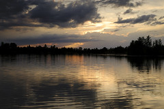Ciel menaçant (jpto_55) Tags: soir soleilcouchant nuage orageux reflet étang eau paysage xt20 fuji fujifilm fujixf1855mmf284r hautegaronne france