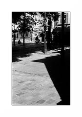 Paris (Punkrocker*) Tags: contax aria cy zeiss distagon t 28mm 2828 film kodak trix 400 nb bnw bwfp monochrom street city people paris montmartre france