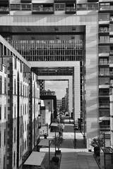 Imbriqués (aurel_grand) Tags: nb bw black white noir blanc noirblanc blackwhite geometry géométrie géométrique architecture moderne abstrait abstraction immeuble building extérieur outside forme abstract shape cologne köln allemagne germany deutschland