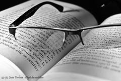 42-52 Josée Ferland - Objet du quotidien (Josée Ferland) Tags: lunettes livre noir et blanc