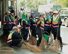 cleanup mondays (the foreign photographer - ฝรั่งถ่) Tags: bma street sweeper ladies saphan mai sidewalk bangkhen bangkok thailand canon