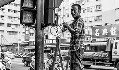 cross-walk light repair (steve: they can't all be zingers!!! (primus)) Tags: primelens prime primecarlzeiss sonya7rii monochrome bw blackwhite taiwan taichungtaiwan taichung carlzeissplanart50mmf14