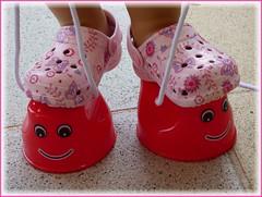 Kleine Füßchen / Little feet (ursula.valtiner) Tags: schuhe shoes clogs füse feet topfstelzen potstilts puppe doll bärbel künstlerpuppe masterpiecedoll
