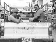 Chevrolet en 20 de noviembre (Marcos Núñez Núñez) Tags: street streetphotography streetphotographer national camioneta chevrolet blancoynegro blackandwhite bw samsung mx oax oaxaca tuxtepec fotografíacallejera calle