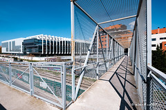 Bridge to Repsol Headquarter (mimo b. rokket) Tags: urban urbantopography urbanetopographie modern architecture architektur repsolheadquarter repsol madrid spain spanien españa geometrie geometry lines linien shadow schatten rafaeldelahoz dreieck triangle wideangle weitwinkel fujinonxf1024mmf4rois