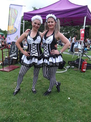 Hat Fair 19, 07.07.19, 274 The Maids (catrionatv) Tags: hampshire winchester riversidepark grass trees gazebo banner fireextinguisher sign chair hoops spectators performance performer act streettheatre hatfair themaids