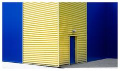 It's complementary, Watson! (leo.roos) Tags: complementary architecture architectuur kerketuinen denhaag thehague yellow blue geel blauw door wall allsafe mrboxcom archit geelblau deur muur sohoog 50 colocomplem contrast patro lijn a7 leidolfwetzlarlordonar12850 leidolf lordonar5028 1953 leidolflordomat rangefinder darosa leoroos