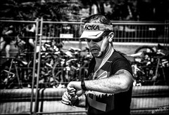 Aïe! Je crois que je vais rater le pastis! / Ouch! I think I'll miss the aperitf! (vedebe) Tags: noiretblanc netb nb bw monochrome humain human homme course triathlon marseille ville city rue street urbain urban sport sportifs portraits
