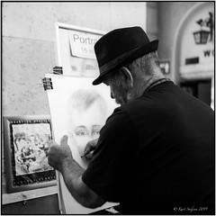 Portraitzeichner_Rolleiflex 3.5B (ksadjina) Tags: 6x6 austria dombögen kodak100tmax nikonsupercoolscan9000ed rodinal rolleiflex35b salzburg silverfast analog blackwhite film scan street summer evgeniy