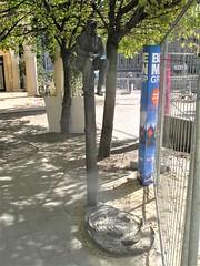 1987 Berlin-O. Angler von Gerhard Thieme Bronze Rathausstraße 25/Spreeufer 6 in 10178 Nikolaiviertel (Bergfels) Tags: skulpturenführer bergfels 1987 1980er 20jh ddr berlin ostberlin berlino angler gerhardthieme gthieme thieme bronze rathausstrase spreeufer 10178 nikolaiviertel mitte skulptur plastik beschriftet