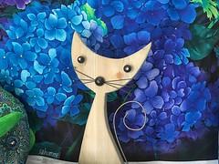 Die Floristin (Sockenhummel) Tags: katze cat stoff fabric blue blau skulptur dekoration wahlsdorf kreativbude hortensie
