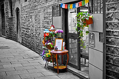 Barceloneando: Carrer Dels Mirallers (Fnikos) Tags: street road narrow wall door window building architecture construction light tarde afternoon plant flower color colour colores colours colors nature table mono blackandwhite monochrome outside outdoor