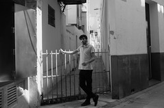 he poses (Isidre Cor) Tags: fuji x100 bn monochrome street photography barcelona blanco y negro fotografia callejera people gente