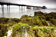 Somewhere in Wales / UK 2019 (zilverbat.) Tags: longexposure uk unitedkingdom verenigdkoninkrijk longexposurebyday longexposurewater wallpaper world water waterfront pin ngc image canon nature wales europe europa england engeland outdoor pier coastline coast shoreline shore lee filters zeewier mos green alg tide high low rocks geologic area desktop print tour trip tripadvisor visit sea architecture postcard mosgroen wier zilverbat