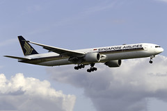 Singapore Airlines 777-300ER 9V-SNA at London Heathrow LHR/EGLL (dan89876) Tags: singapore airlines boeing 777 b77w 777300er 777312er 9vsna london heathrow international airport landing runway 27l lhr egll
