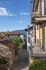 Entre las casas de San Siro (lebeauserge.es) Tags: sansiro italia europe cielo nubes pueblo ciudad edificio casas calle