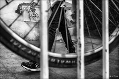 Les pieds dans les rayons... /  Feet in the wheel radius... (vedebe) Tags: velo vélo roues pied rayons ville city rue street urbain urban homme noiretblanc netb nb bw monochrome