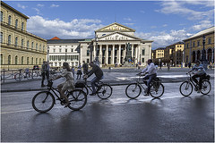 Ciclistas en Max_Joseph_Platz, Múnich (Fernando Forniés Gracia) Tags: alemania baviera múnich maxjosephplatz paisajeurbano paisaje