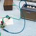 Verstärker von Laney angeschlossen an ein Eigenbau-Radio