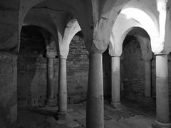 Säulengang (shortscale) Tags: schwarzweiss blackandwhite noiretblanc monochrome buw säulen gewölbe gravedona