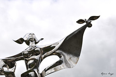 World peace (DameBoudicca) Tags: ddaylandings dday france frankreich frankrike francia フランス normandie normandy normandia normandía grandcampmaisy lapaixdanslemonde worldpeace yaoyuan scultura sculpture escultura skulptur 彫刻 statue staty statua estatua 塑像 steel stål acero acier stahl acciaio 鋼 はがね peace fred frieden pace paz paix 平和