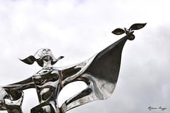 World peace (DameBoudicca) Tags: ddaylandings dday france frankreich frankrike francia フランス normandie normandy normandia normandía grandcampmaisy lapaixdanslemonde worldpeace yaoyuan scultura sculpture escultura skulptur 彫刻 statue staty statua estatua 塑像 steel stål acero acier stahl acciaio 鋼 はがね peace fred frieden pace paz paix 平和